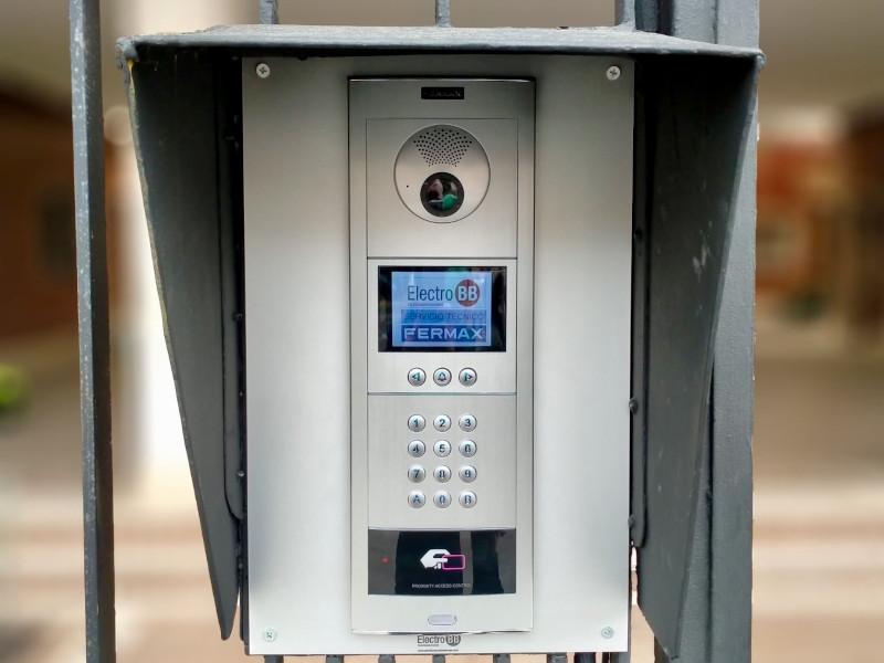 Instalación de videoportero con videocámara y control de accesos en la Avenida del Cid