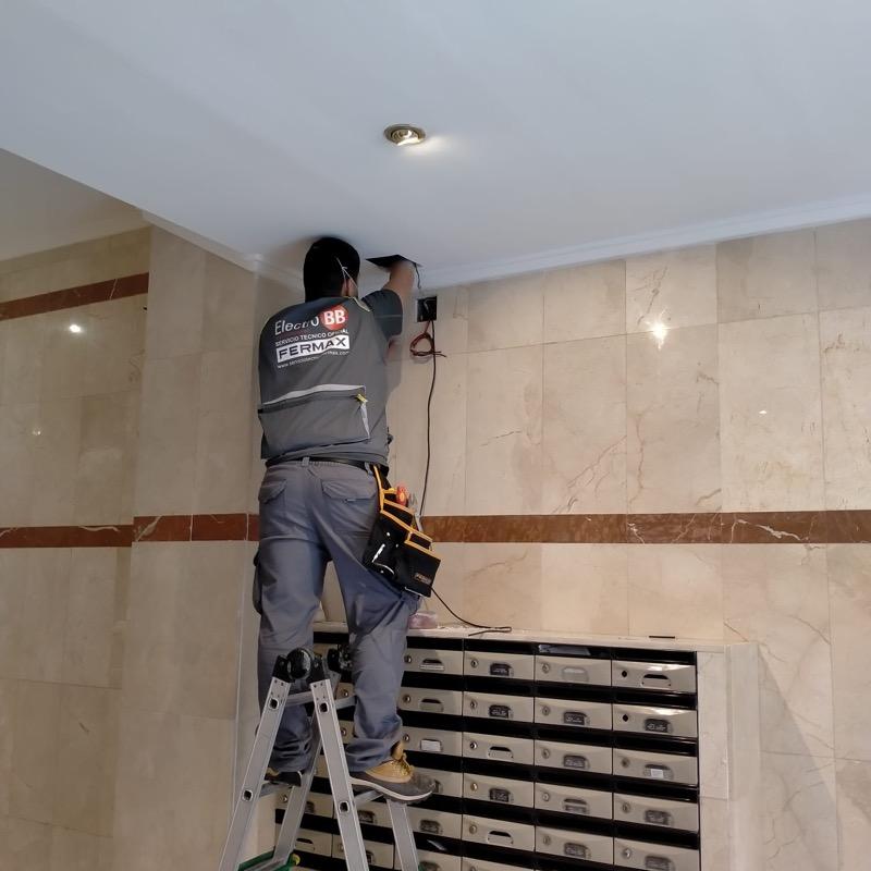 Instalación de la cámara de zaguán por parte de nuestro técnico (foto 1)