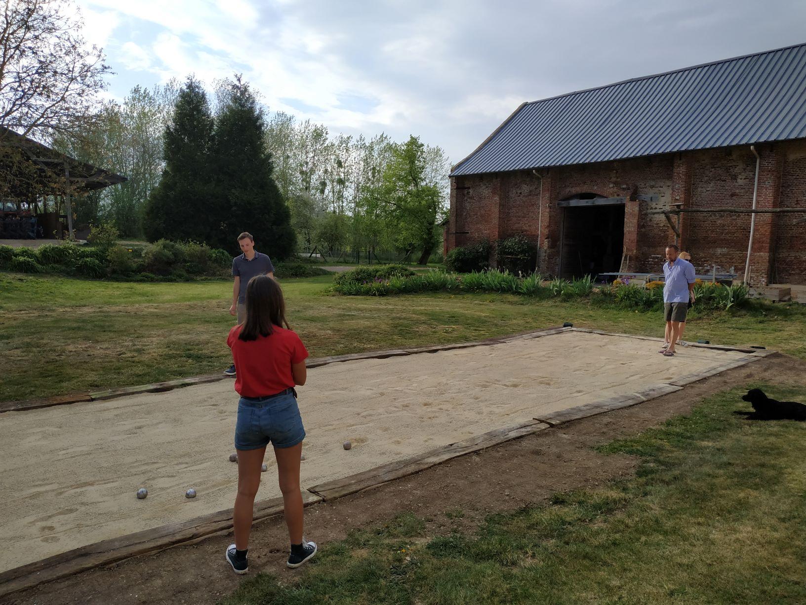Terrain de pétanque dans le jardin.