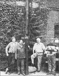 Am alten Schützenbaum v.l.n.r.: Bernhard Schneider, Friedel Lüders, Bernhard Krimp mann und Ideengeber Pensionswirt August Breuckmann
