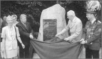 Enthüllung des Gedenksteines: Königin Doris I. Schmülling, Bürgermeister Wolfgang Werner, Landrat Hans-Jürgen Schnipper und König Peter I. Schwab