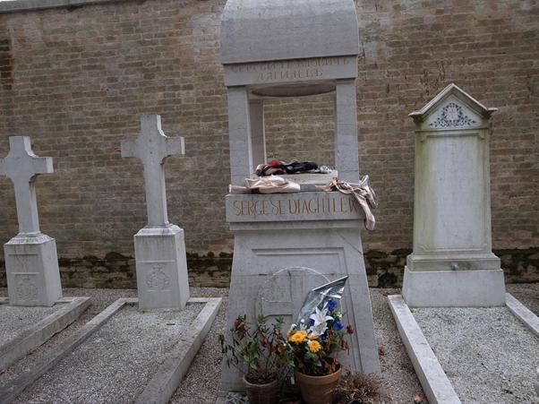 ヴェネツィアの墓地の島、サン・ミケーレ島にあるディアギレフの墓(側にはストラヴィンスキーの墓もある)