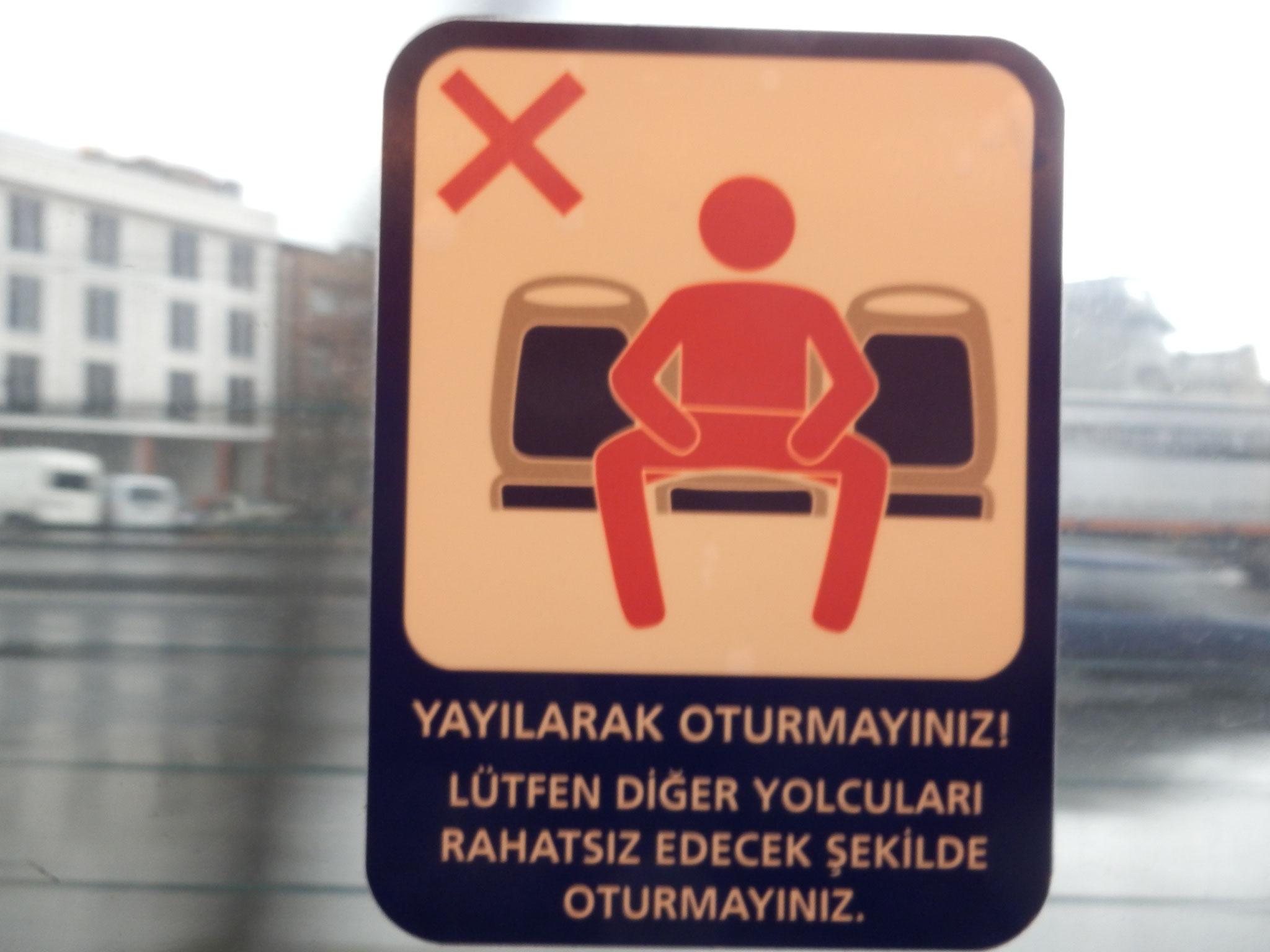 足を広げて座らないでください