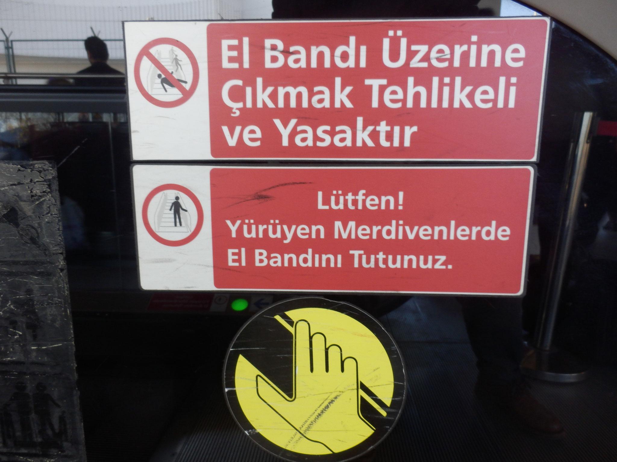 良い子の皆さん、ベルトの外へ顔や手を出すと危険ですよ エスカレーターの近くでは遊ばないようにしましょう