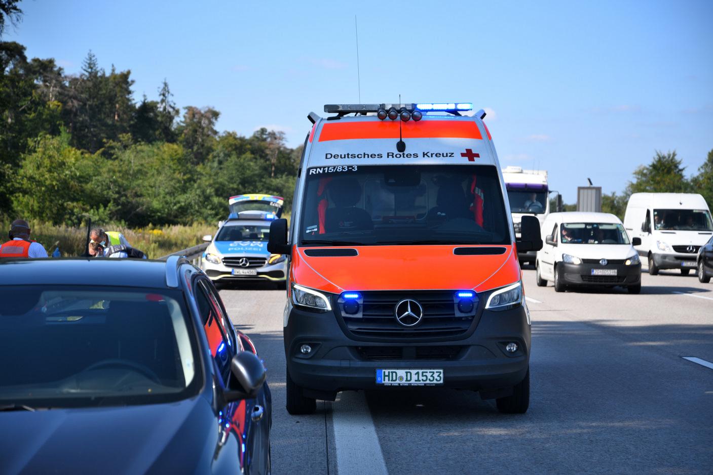 St. Leon-Rot/A5: Auto verliert Vorderrad und trifft Motorradfahrer