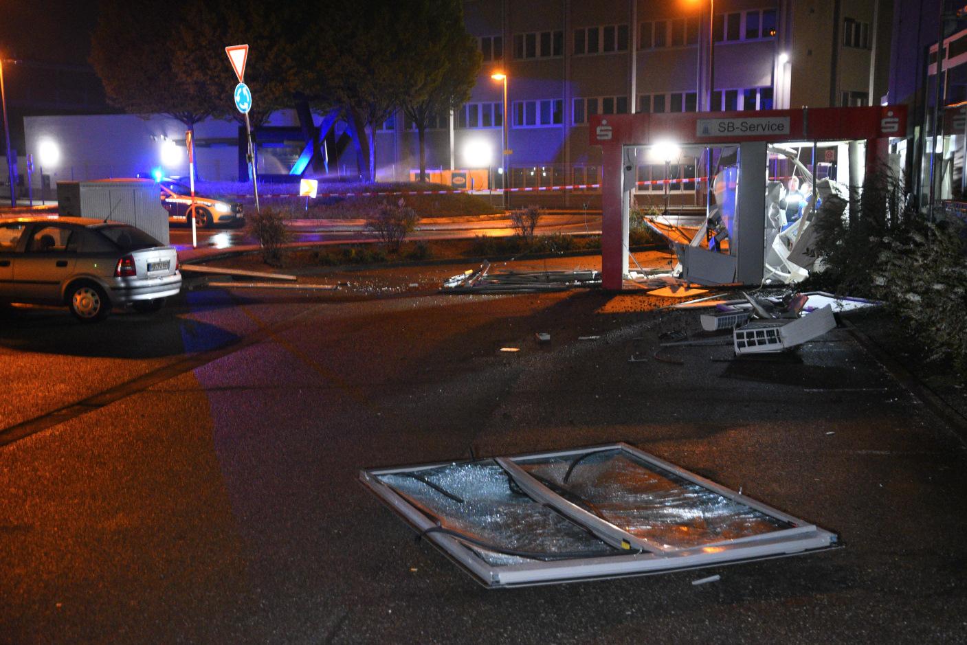 Brühl: Sprengung eines Geldautomaten -  silbernes Fahrzeug vom Tatort geflüchtet - überregionale Fahndung mit allen verfügbaren Kräften