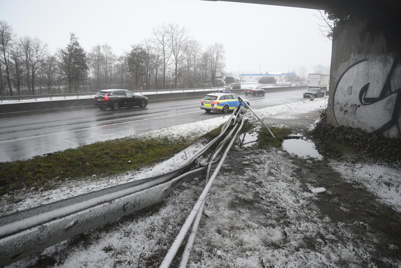 Viernheim: Schwerer Verkehrsunfall auf der A659 - Autofahrer lebensgefährlich verletzt