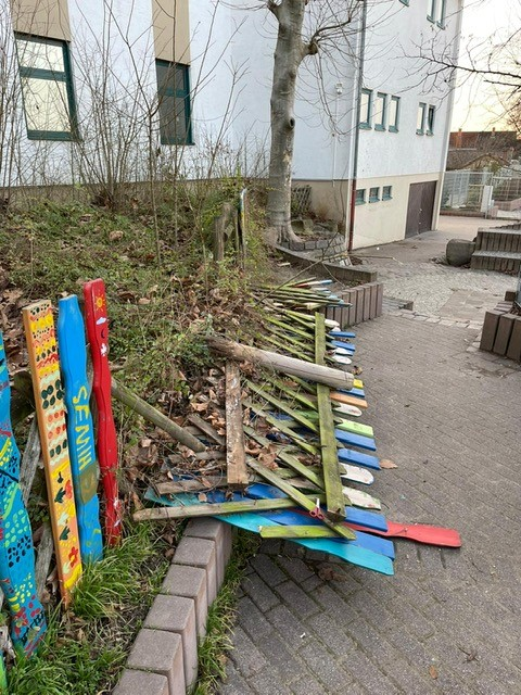 Nußloch Rhein-Neckar-Kreis: Unbekannte zerstören Holzzaun und Insektenhotels von Schule
