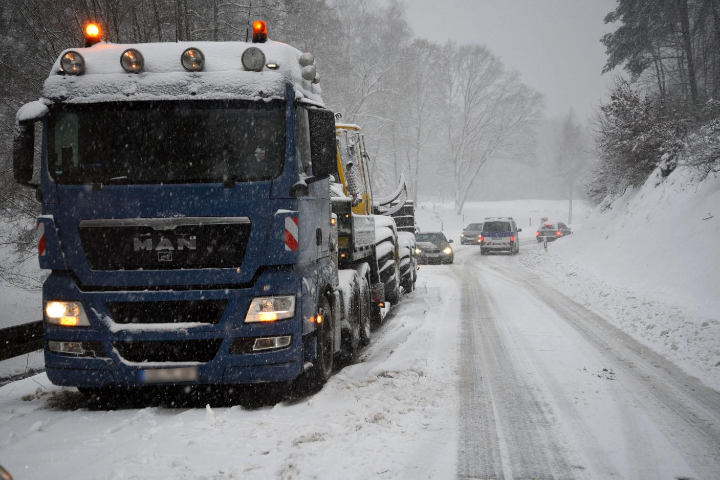 Rhein-Neckar: Starke Schneefälle und Straßenglätte - Lkw hängen an Steigung fest