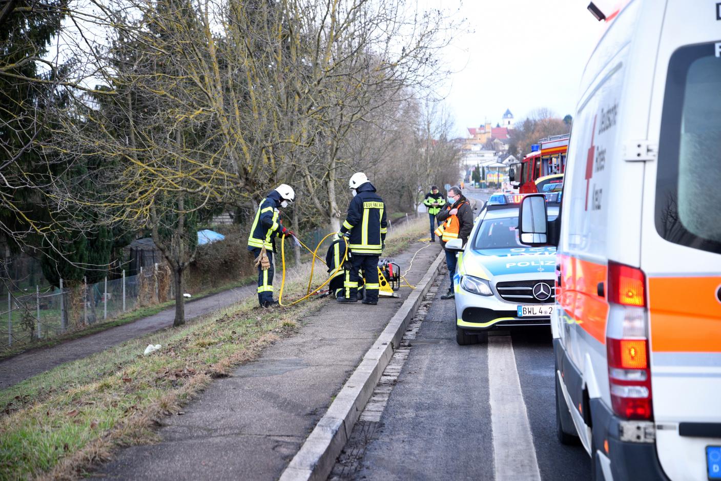 Leimen/Nußloch: Auto prallt gegen Baum - Fahrer verletzt - Zeugen gesucht