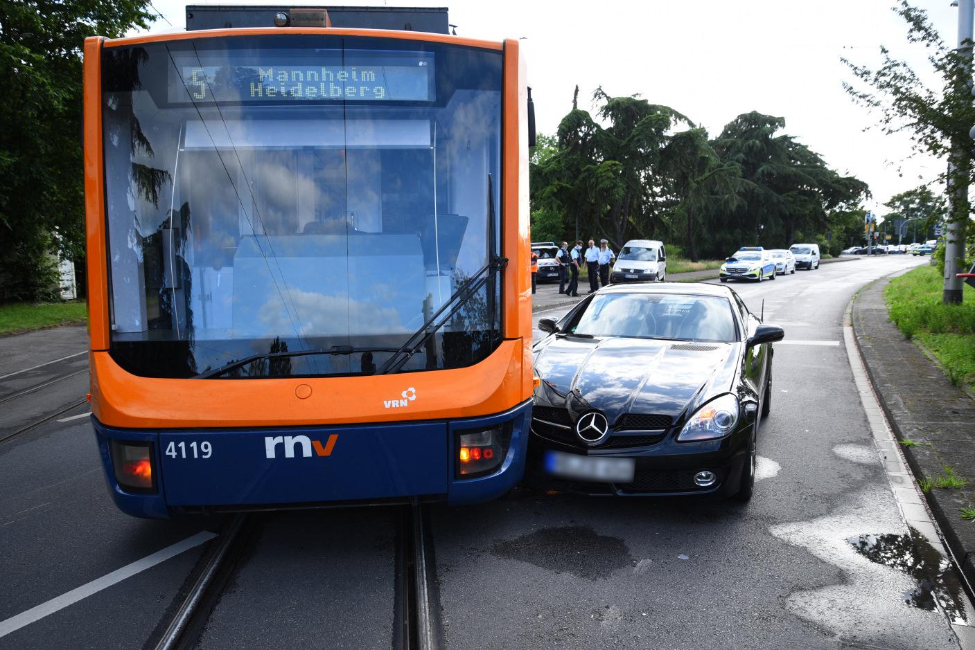 Weinheim: PKW-Fahrerin nach Kollision mit Straßenbahn verletzt