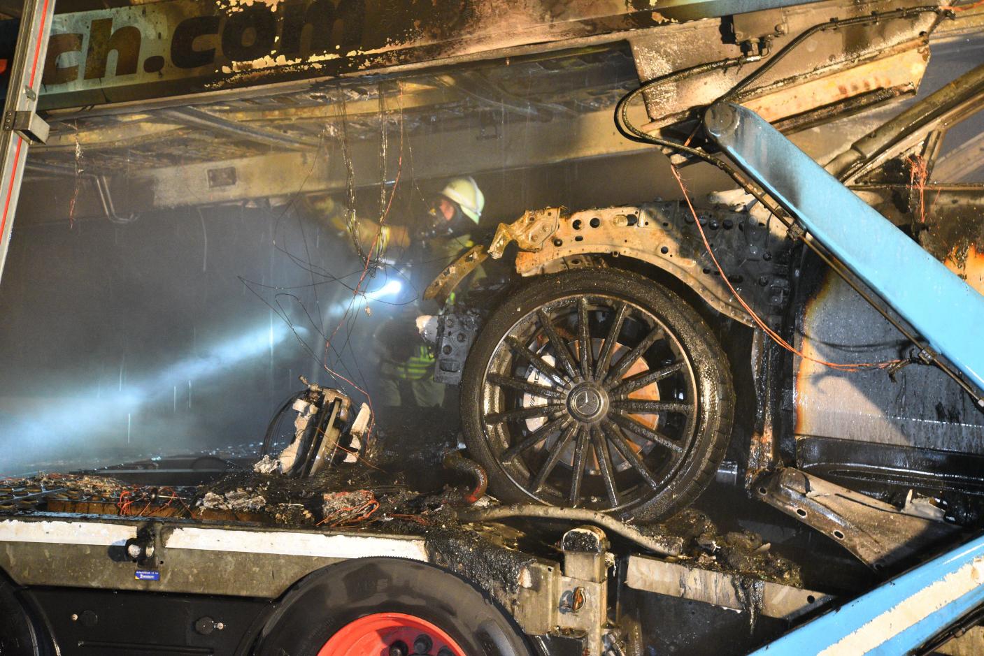 Mannheim: Mercedes Neufahrzeuge brennen auf der A6 - Gafferunfall auf der Gegenfahrbahn