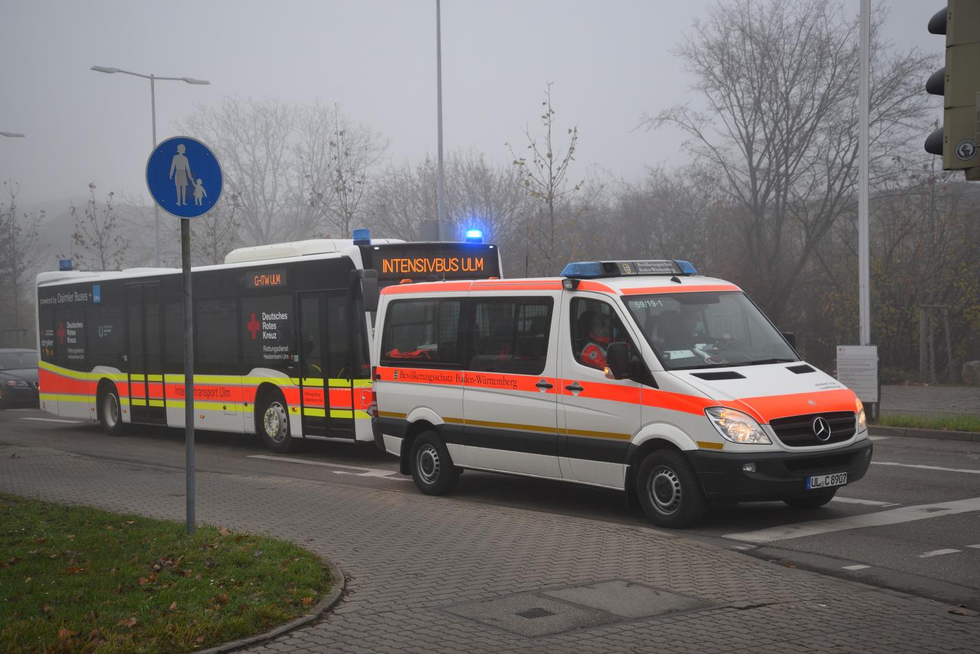 Heidelberg: Großraum-Intensivtransportwagen (G-ITW) verlegt Covid-19 Patienten in andere Kliniken