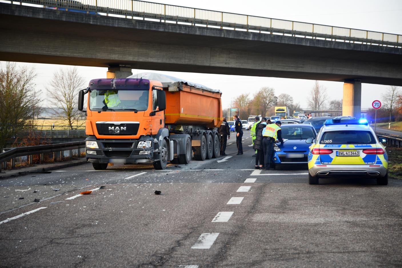 Heidelberg: B535 nach Unfall zwischen Lkw und 3 Pkw vorübergehend gesperrt gewesen.