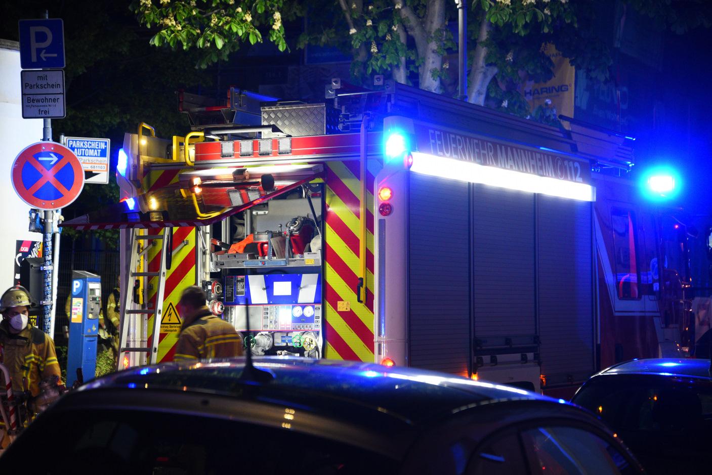 Mannheim: Brand in Mehrparteienhaus, 2 Beamte leicht verletzt