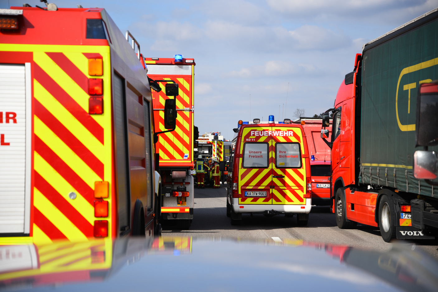 Gem. Kronau/St. Leon-Rot: Schwerer Verkehrsunfall auf A 5 - drei Lkw beteiligt