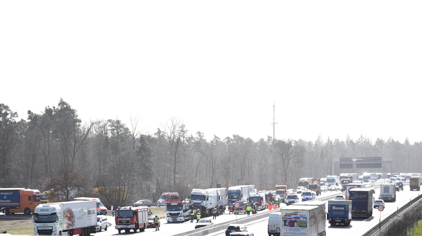Karlsruhe: Zahlreiche Verstöße gegen Rettungsgasse nach schwerem Unfall auf der Autobahn 5