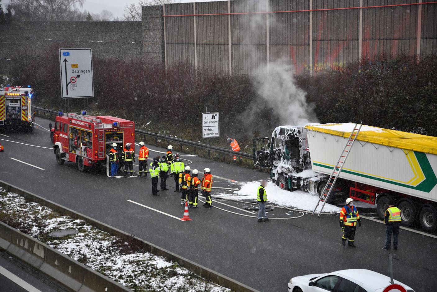 Sinsheim: Ein mit Düngemittel beladener Sattelzug auf der A6 in Brand geraten