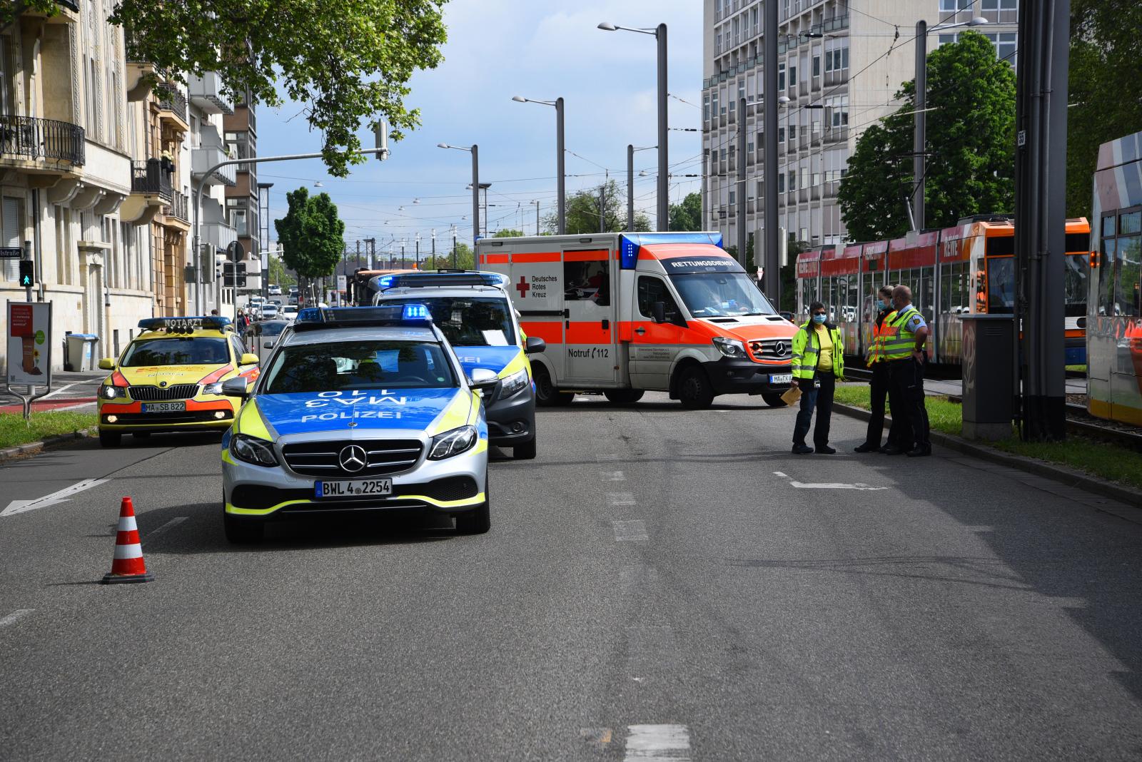Mannheim-Oststadt/Innenstadt: Fahrzeug kollidiert mit Straßenbahn - Polizei und Rettungskräfte im Einsatz