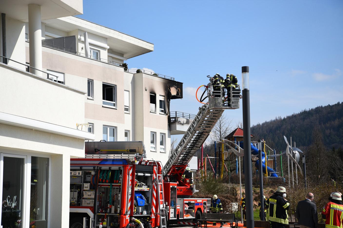 Neckargemünd/Rhein-Neckar-Kreis: Brand in Mehrfamilienhaus - Verdacht auf Rauchgasvergiftung bei 20-jähriger Bewohnerin