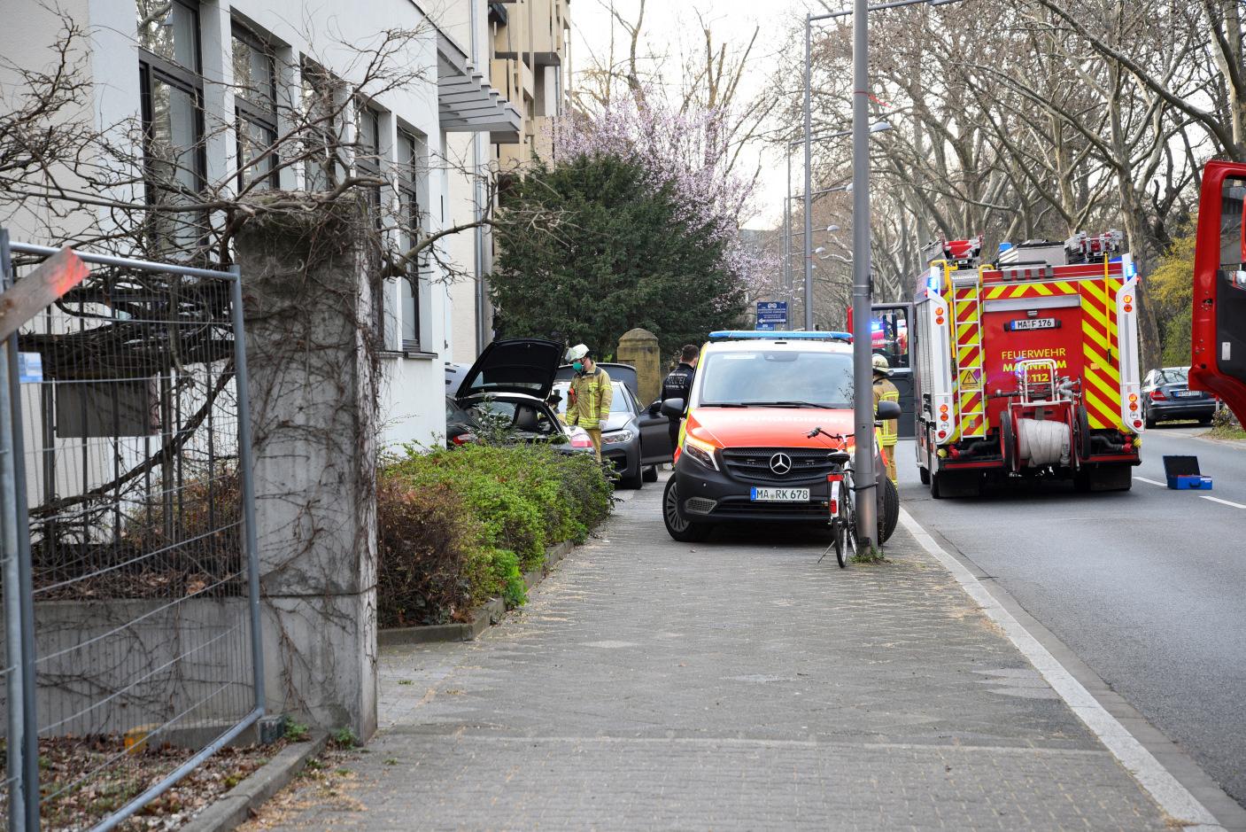 Mannheim-Oststadt: Nach medizinischen Notfall mit Porsche gegen Hauswand und geparkten BMW geprallt