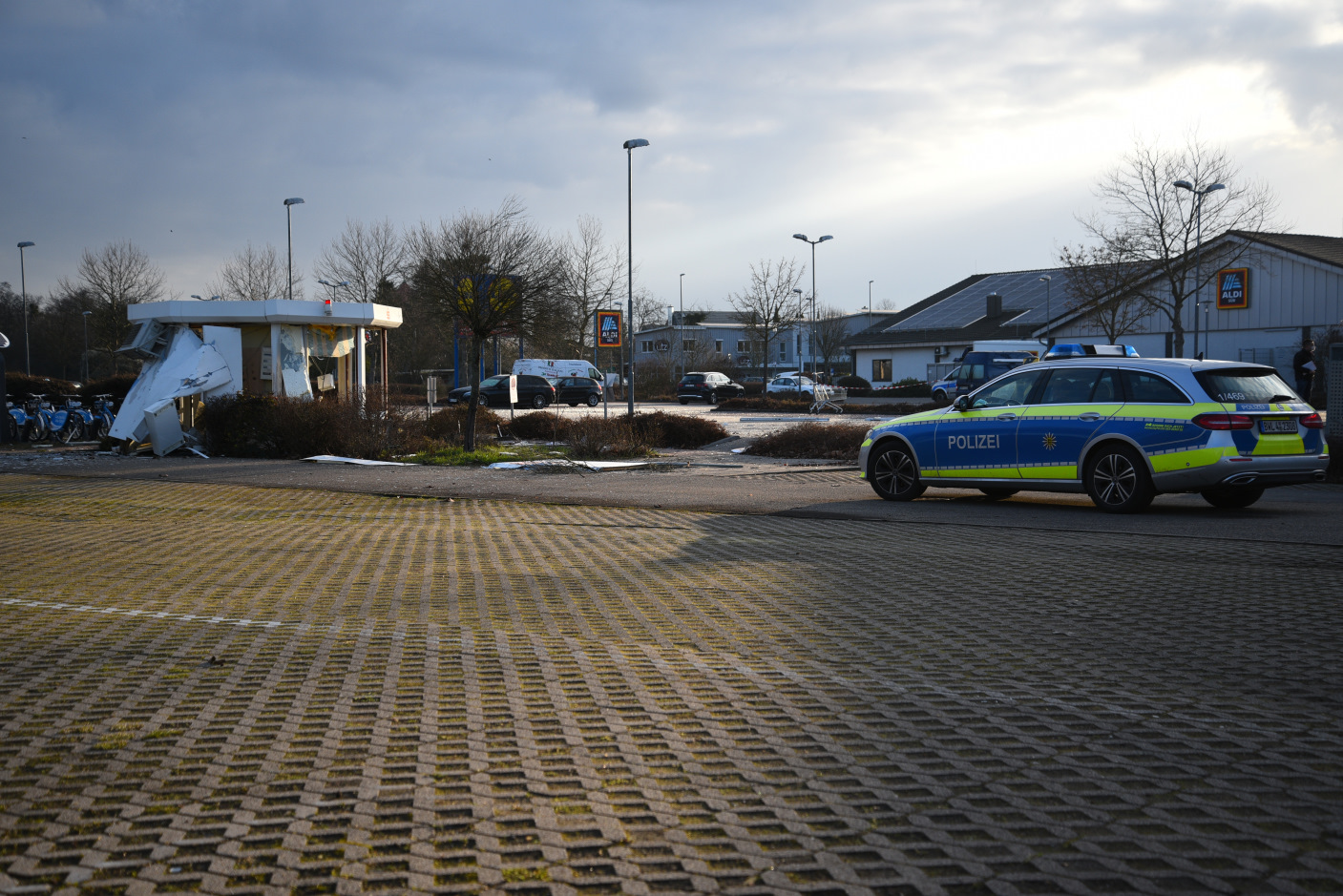 Schwetzingen: Sprengung zweier Geldautomaten - mehrere Täter und Tatfahrzeuge - überregionale Fahndung mit allen verfügbaren Kräften