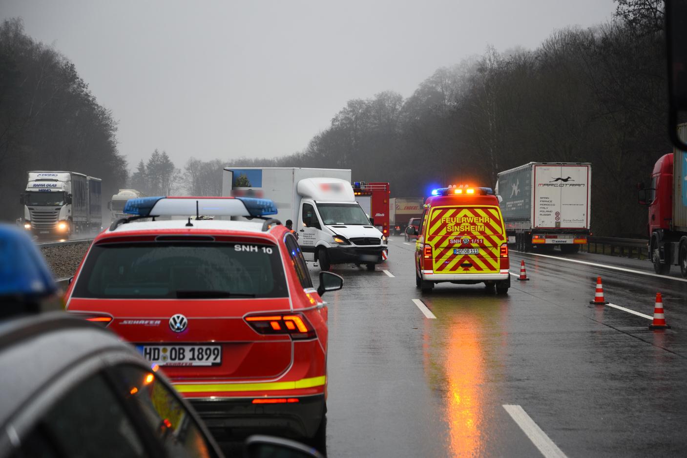 Dielheim/BAB 6: Unfall zwischen zwei Kleintransportern - Eine Person schwer verletzt