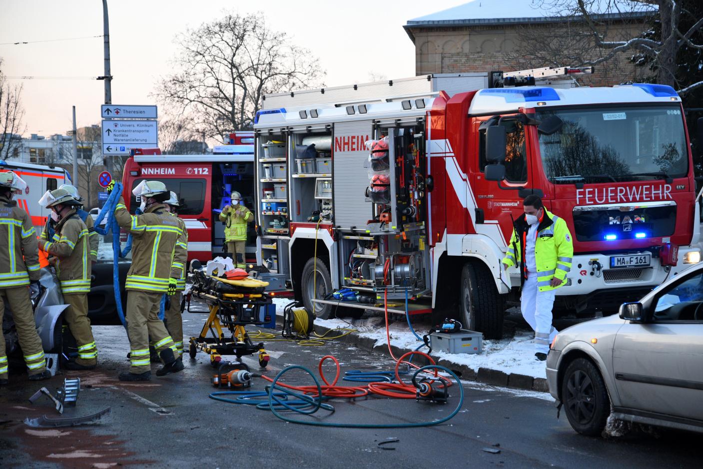 Mannheim: Unfall mit fünf Verletzten - Verursacher flüchtet und leistet Widerstand bei Festnahme