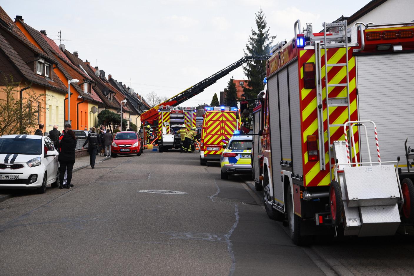 Ketsch/Rhein-Neckar-Kreis: 100.000 Euro Sachschaden bei Dachstuhlbrand - 53-jährige Bewohnerin leicht verletzt - Brandursache noch unbekannt