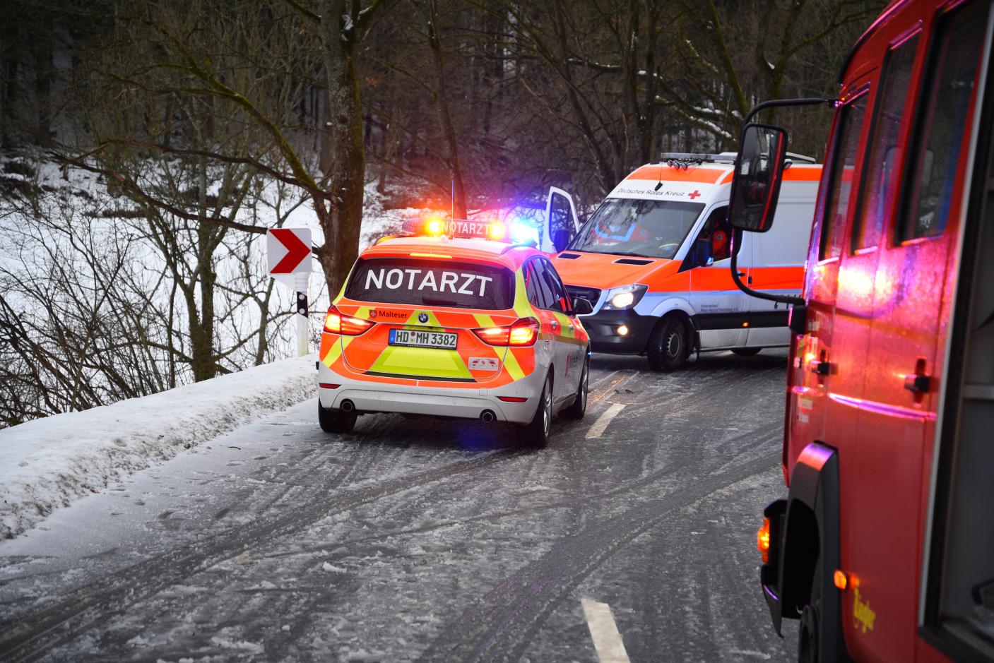 Heiligkreuzsteinach Rhein-Neckar-Kreis: Verkehrsunfall auf der L 535 auf schneebedeckter Fahrbahn