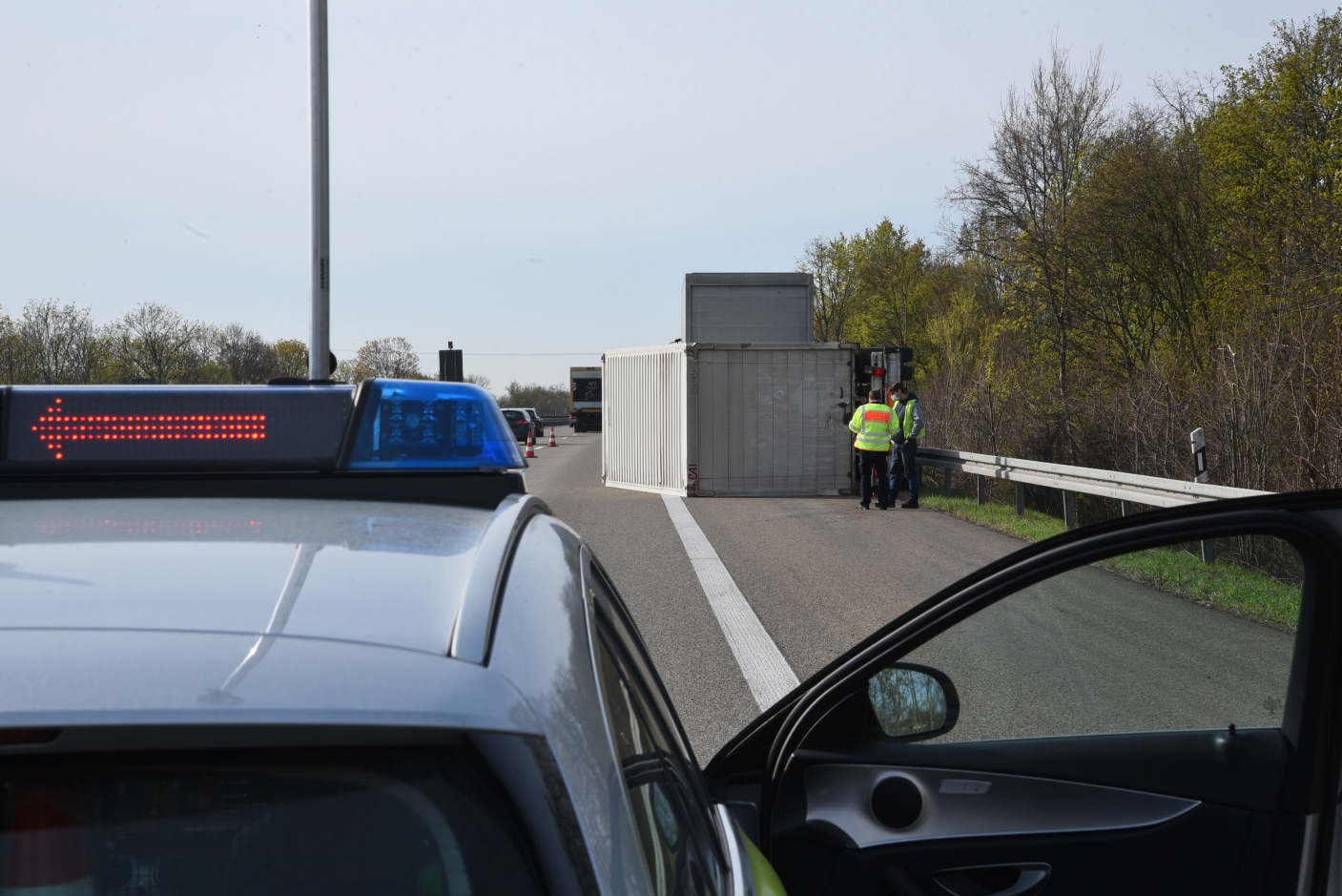Hirschberg/BAB 5: Umgekippter Lkw-Anhänger - BAB 5 in Richtung Karlsruhe voll gesperrt