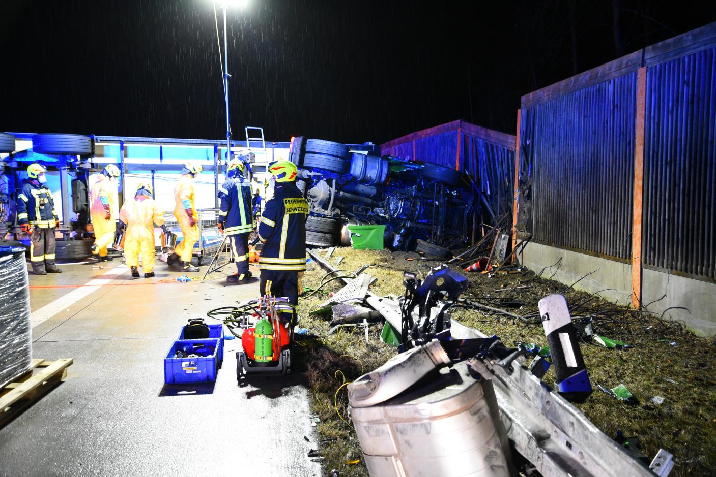 Hockenheim, A6: Sattelzug kollidiert mit Sperrwand und stürzt um - Richtungsfahrbahn Heilbronn blockiert