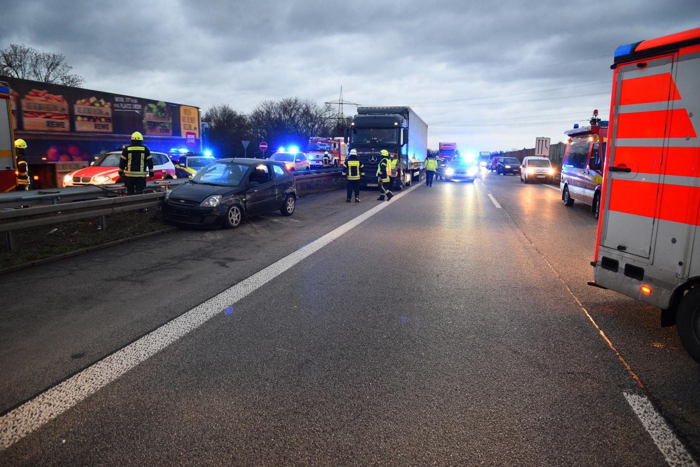 Viernheim: Schwer verletzter Autofahrer nach Kollision mit Lastwagen und Leitplanke