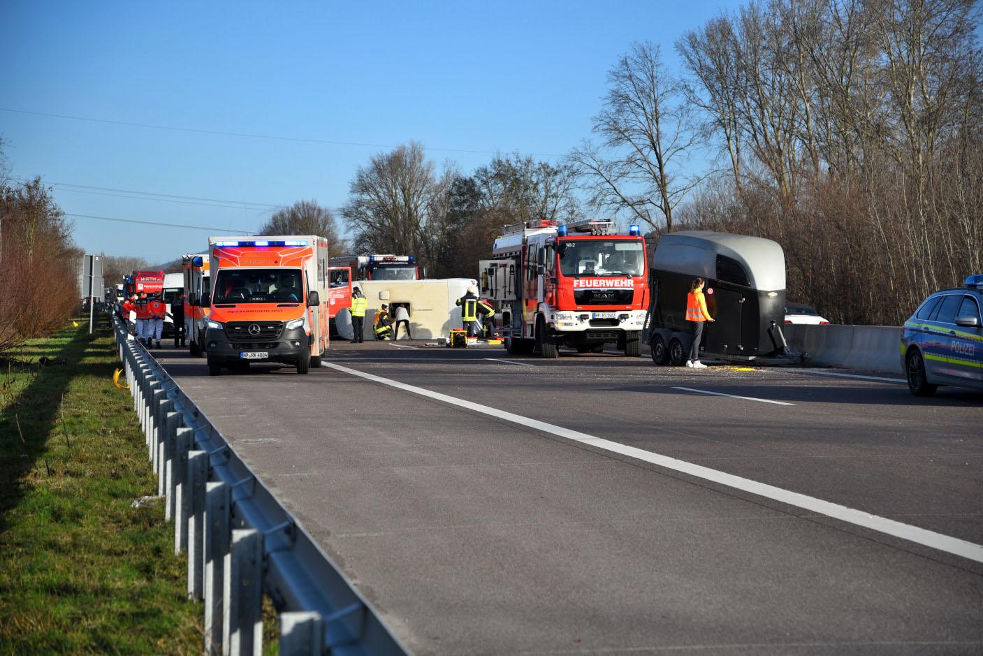 Heppenheim/ BAB 5: Verkehrsunfall mit Pferdetransporter