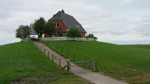 Auf Amalienwarft steht die Schule für 4 Kinder, nebenan der Glockenturm, Schule wird auch als Kirche genutzt