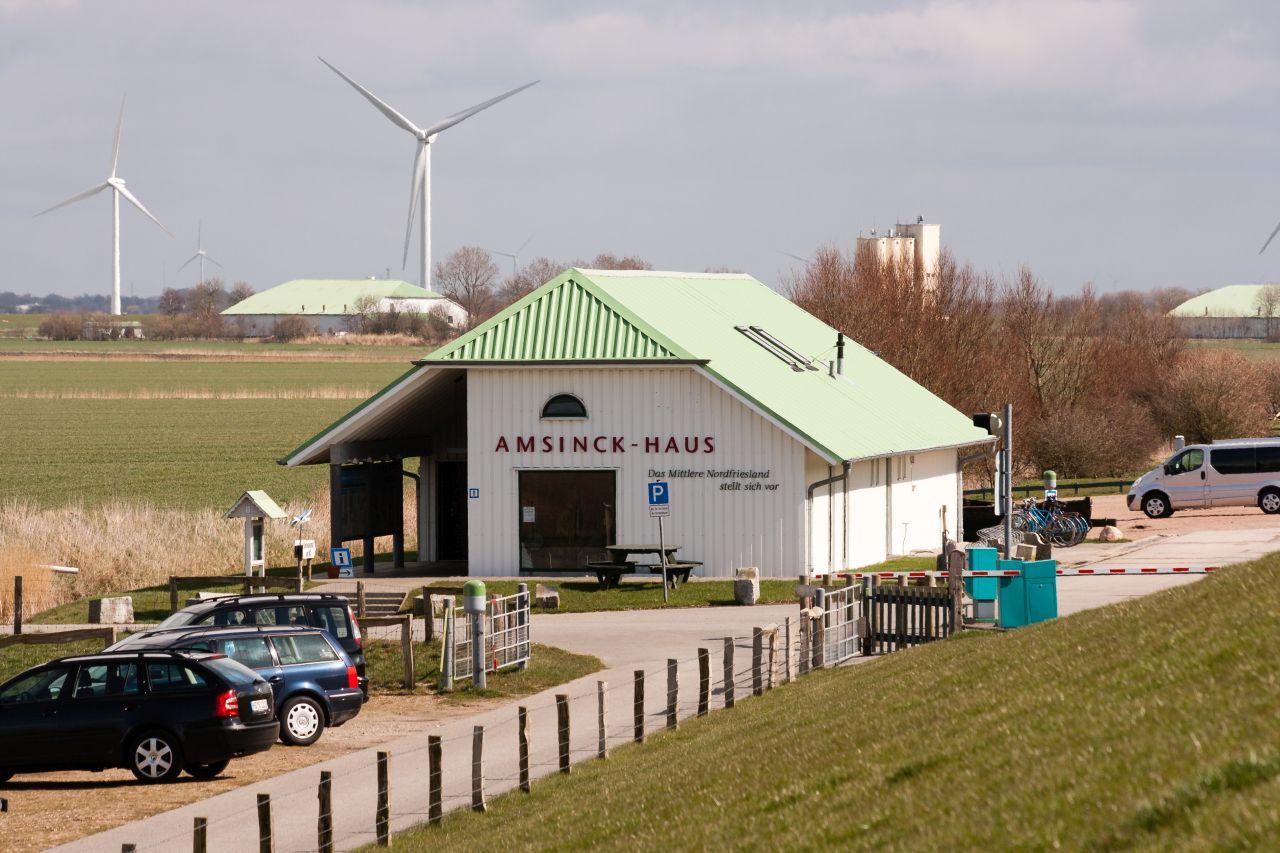 Das Amsinck- Haus am Deich: Wattenmeer- Ausstellung, E- Tankstelle, WoMo- Stellplätze, Fahrradverleih und Tickets für die Autoüberfahrt (7 €)