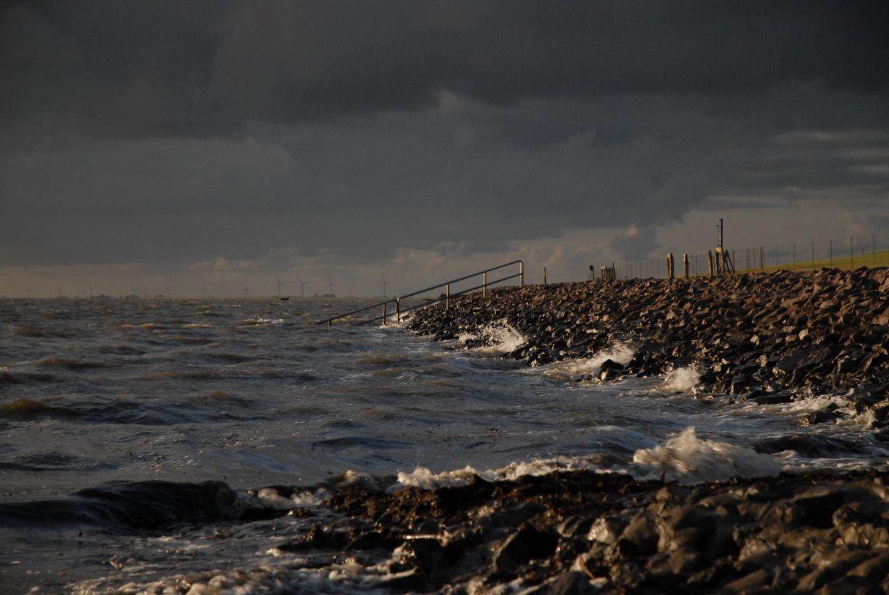 Steinedämme sind Wellenbrecher und befestigen die Halligkante.