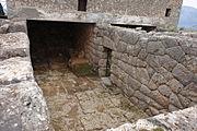 entrée de la cryptedu neomanteion de Mesopotamos en Grèce