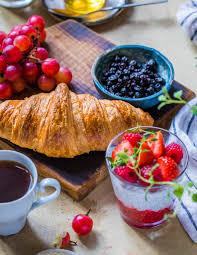petit déjeuner avec fruits et muesli