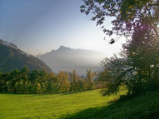 Der Untersberg im Hintergrund - vom Heuberg in Gnigl aufgenommen.
