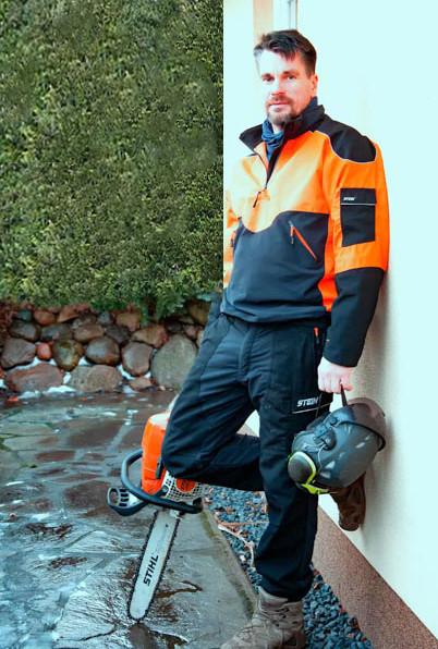 Mit Motorsäge und Schutzausrüstung bereit zur Baumfällung