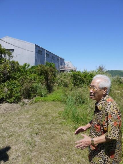 배봉기 할머니를 16년간 돌봤던 총련 일꾼 김수섭씨가 1975년 10월 할머니와 처음 만났던 난조시 사시키에 있던 헛간의 위치를 설명하고 있다. 현재 헛간 건물은 철거됐고, 그 위치엔 창고로 보이는 건물이 들어서 있다.