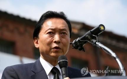 전 일본 총리가 서울 서대문형무소를 방문, 취재진 질문에 답하고 있다.