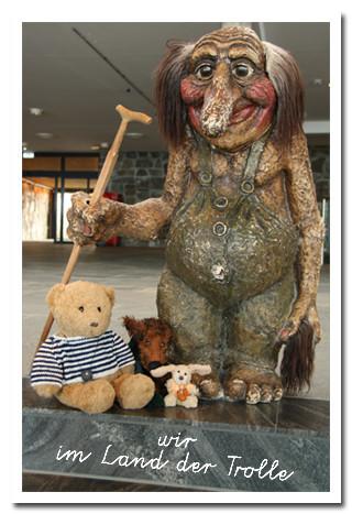 Kasimir, Cäsar und Fredi mit einem Troll am Nordkap
