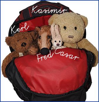 Kasimir, Cäsar, Fredi und Kerl in ihrem Reise-Rucksack