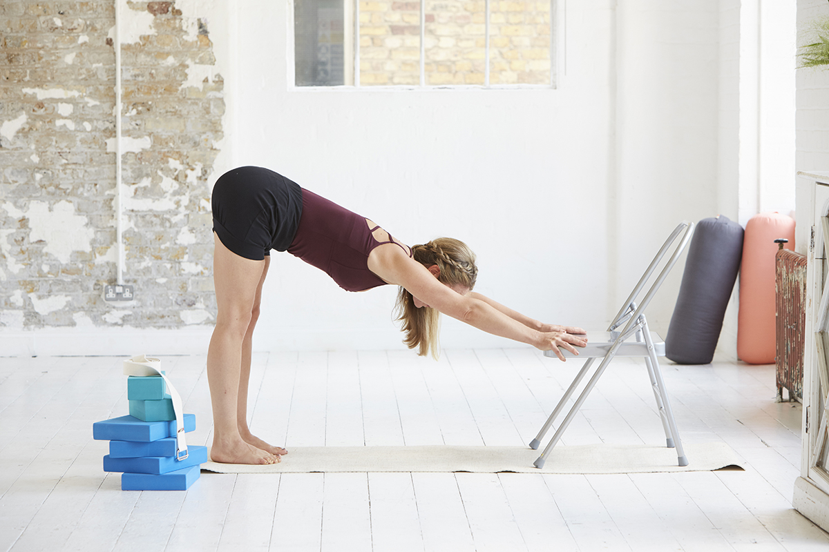 椅子と使って腰を伸ばす