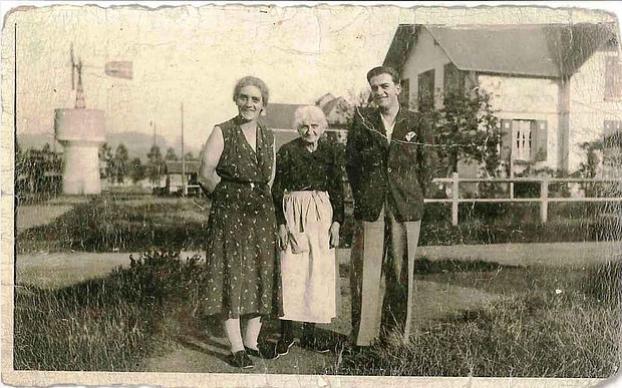 Col Vernochet - Château d'eau avec éolienne dans les cités blanches 1935 : 3 générations réunies