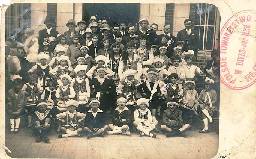 Polonais à Dives vers 1925 - Collection Pudelko, polonais en tenue folklorique devant la mairie de Dives
