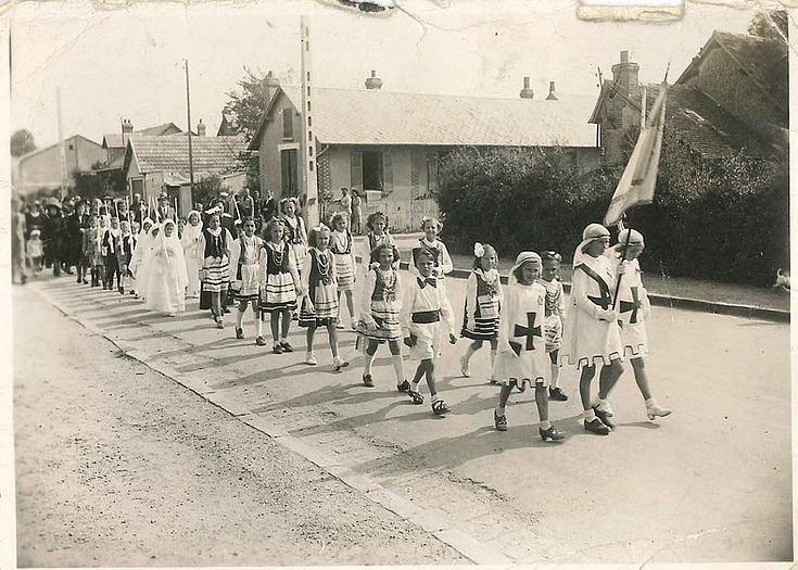 Communion polonaise 1945 - Collection Pudelko défilé dans la rue Edmond Loutrel
