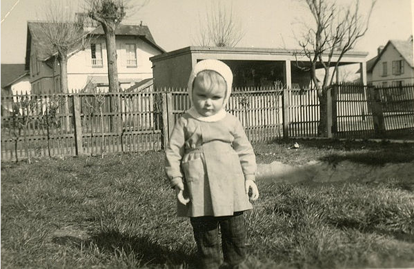 Col Quenderf - Enfant devant un des lavoirs des Cités blanches - 1961